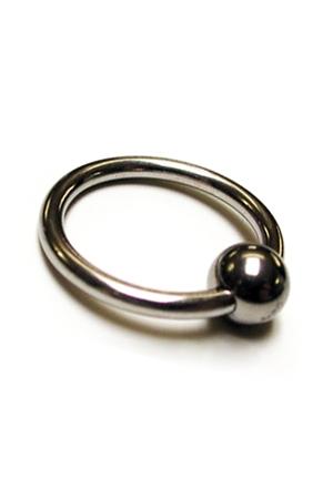 Anneau de gland métal : Esthétique et sensations garantis avec ce cockring  en métal poli orné d'une bille.