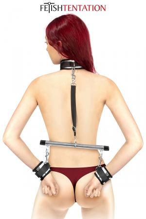 Menottes et collier de soumission - Fetish Tentation : Ensemble barre de soumission, menottes, collier et laisse, le must pour vos soirées BDSM par Fetish Tentation.