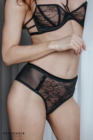 Culotte dentelle et velours : Culotte échancrée en dentelle, avec une ceinture en velours aux jolis détails dans le dos.