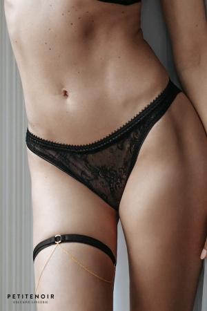 String tulle et dentelle : Ravissant string en tulle et dentelle aux détails soignés et très féminins.