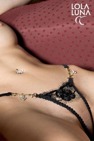 Micro String Togo : Un string minuscule, tout en finesse et détails, décoré de bijoux strass.