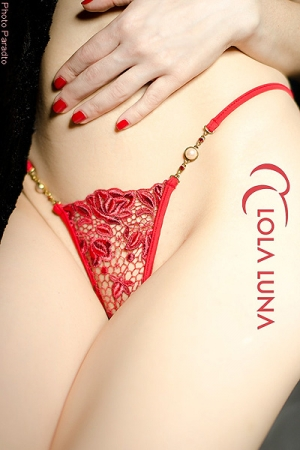 Micro String Roxanne : Micro string en guipure de dentelle rouge désir, et bijoux fantaisie précieux.