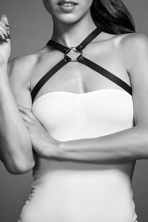 Harnais poitrine noir - Maze : Harnais noir croisé à la poitrine, d'inspiration bondage, 100% Vegan, collection Maze, par Bijoux Indiscrets.