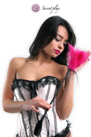 Cravache et plumeau 50 cm fuchsia : Objet 2 en 1, plumeau en plumes naturelles colorées d'un côté et cravache en faux cuir de l'autre., fabriqué par Secret Play.