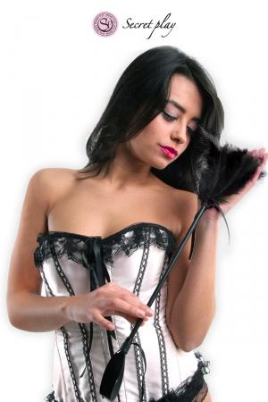 Cravache et plumeau 50 cm noir : Objet 2 en 1, plumeau en plumes naturelles colorées d'un côté et cravache en faux cuir de l'autre, fabriqué par Secret Play.