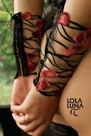 Menottes lingerie Gaia : Des manchettes de tulle brodées d'un motif floral flamboyant, à relier par une chaine dorée. Un lien tout en charme et en finesse.