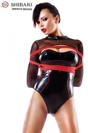 Body Aimi Shibari : Body fantaisie en wetlook noir bordé de rouge, et manches en fine résille. Vendu avec 2 cordes de bondage Shibari.