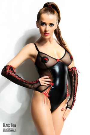 Body Hannah et gants - Black Rose : Body sexy fetish en voile et wetlook, avec des incrustations de rubans lacés rouges et un petit noeud au creux du décolleté.