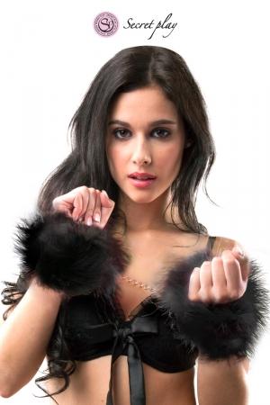 Menottes marabou noir - Secret Play : Paire de menottes en plumes synthétiques noires avec chainette en métal pour vos jeux de rôle coquins, marque Secret Play.