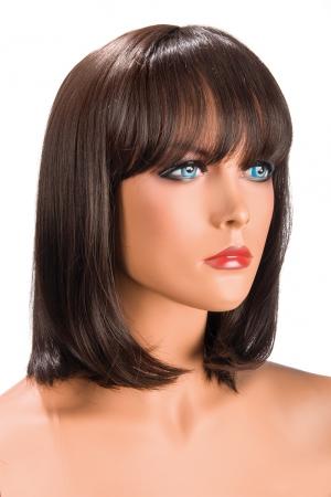Perruque Camila châtain : Perruque châtain au look résolument moderne. Camila est mi-longue avec une frange effilée.