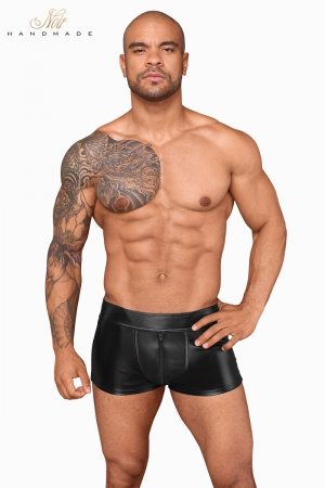 Short wetlook et filet H058 : Short moulant sexy en powerwetlook avec des empiècements de filet 3D, et de faux zips sur les fesses.