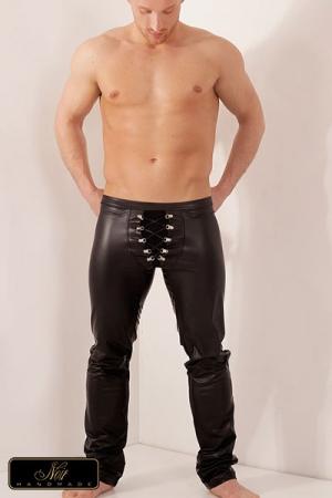 Pantalon lacé Hunt : Pantalon moulant en wetlook doublé de tulle, lacet croisé sur la coquille retenu par des attaches chromées.