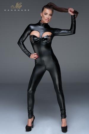 Combinaison wetlook F149 : Séduisante combinaison avec des découpes sur les seins, masqués à demi par un séduisant laçage, et une ouverture intime par double zip à l'entre-jambes.